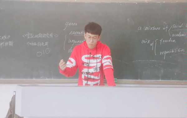 趁下课没人,拿教室的渣话筒来一段泽神swoop拉链大招           (つb´∀`)